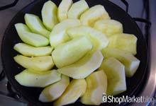 Menú de recetas: apretamos las manzanas sobre la sartén, encima de la mantequilla y el azúcar.