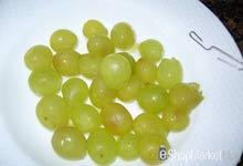 Menú de recetas: despepitamos las uvas con ayuda de un clip de oficina