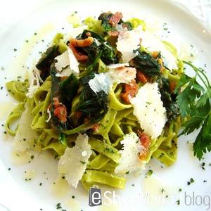 Tagliatelles con jamón, tomate, virutas de parmesano y aceite a las finas hierbas, menú de recetas