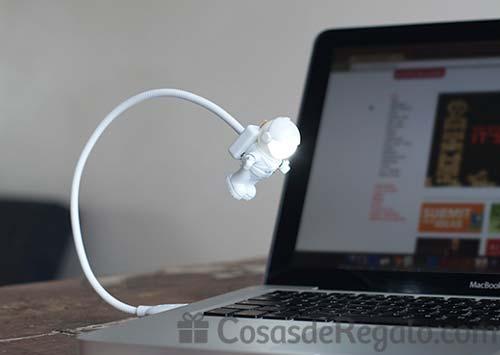 Lámpara USB con forma de astronauta: usa el teclado hasta de noche